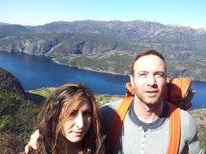 Rovert og Yasamin på fjellet.jpg